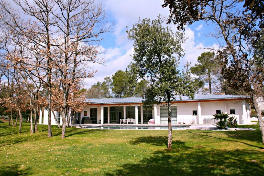 Villa d 39 architecte 5 chambres sur le golf de barbaroux for Jardin immobilier vallangoujard