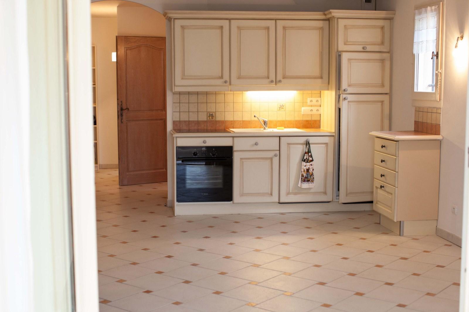 appartement deux chambres entre aix en provence et avignon proximit des grands axes en rez de. Black Bedroom Furniture Sets. Home Design Ideas