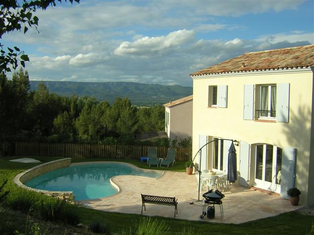 Villa de 98m² sur 475m²de jardin arboré avec piscine dans le domaine de Pont Royal  proche du centre