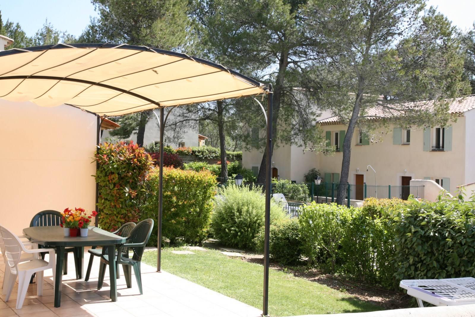Villatrois chambres piscine dans la r sidence john for Residence immobilier