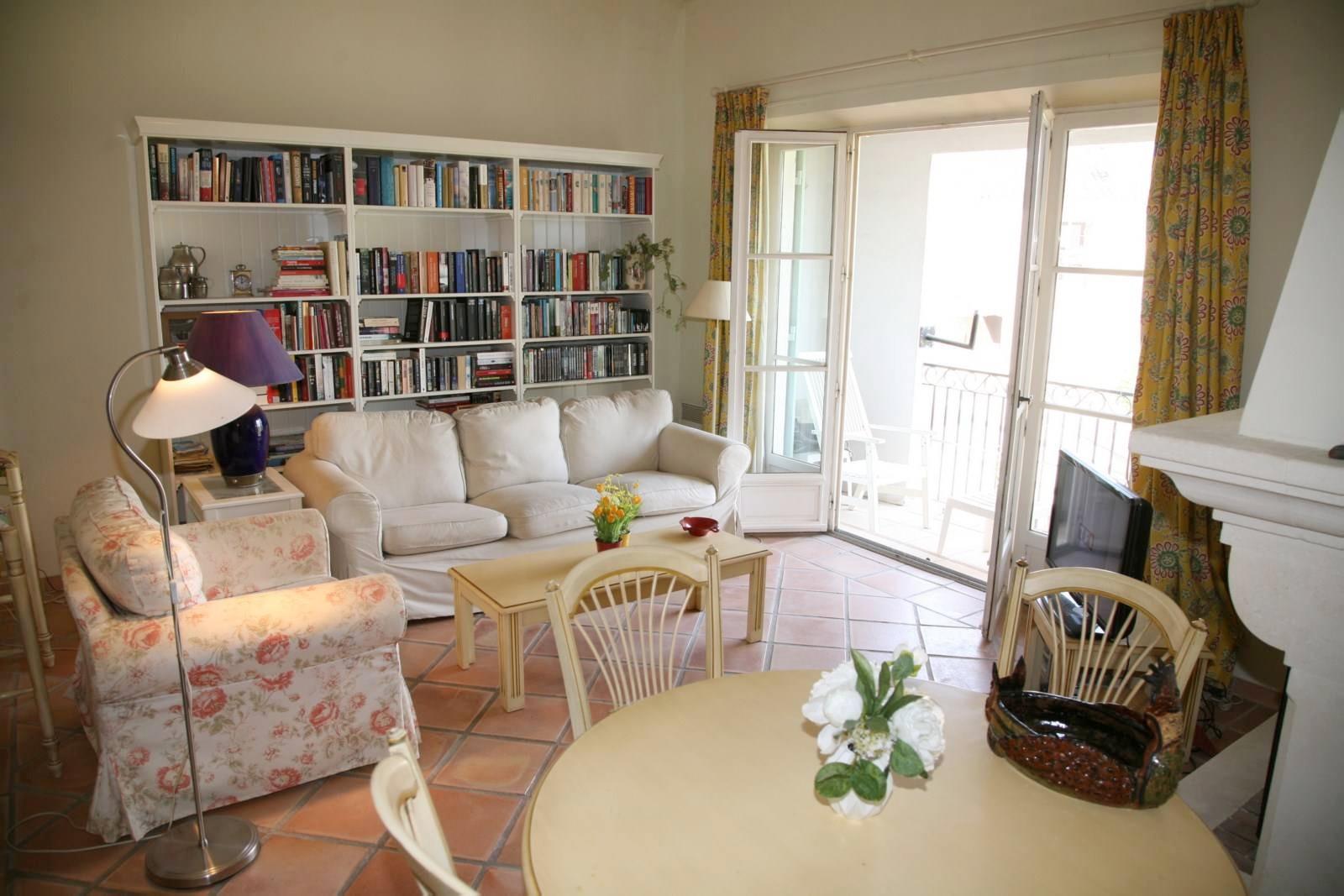 Appartement de deux chambres meubl vue lac john for Meubles pont royal