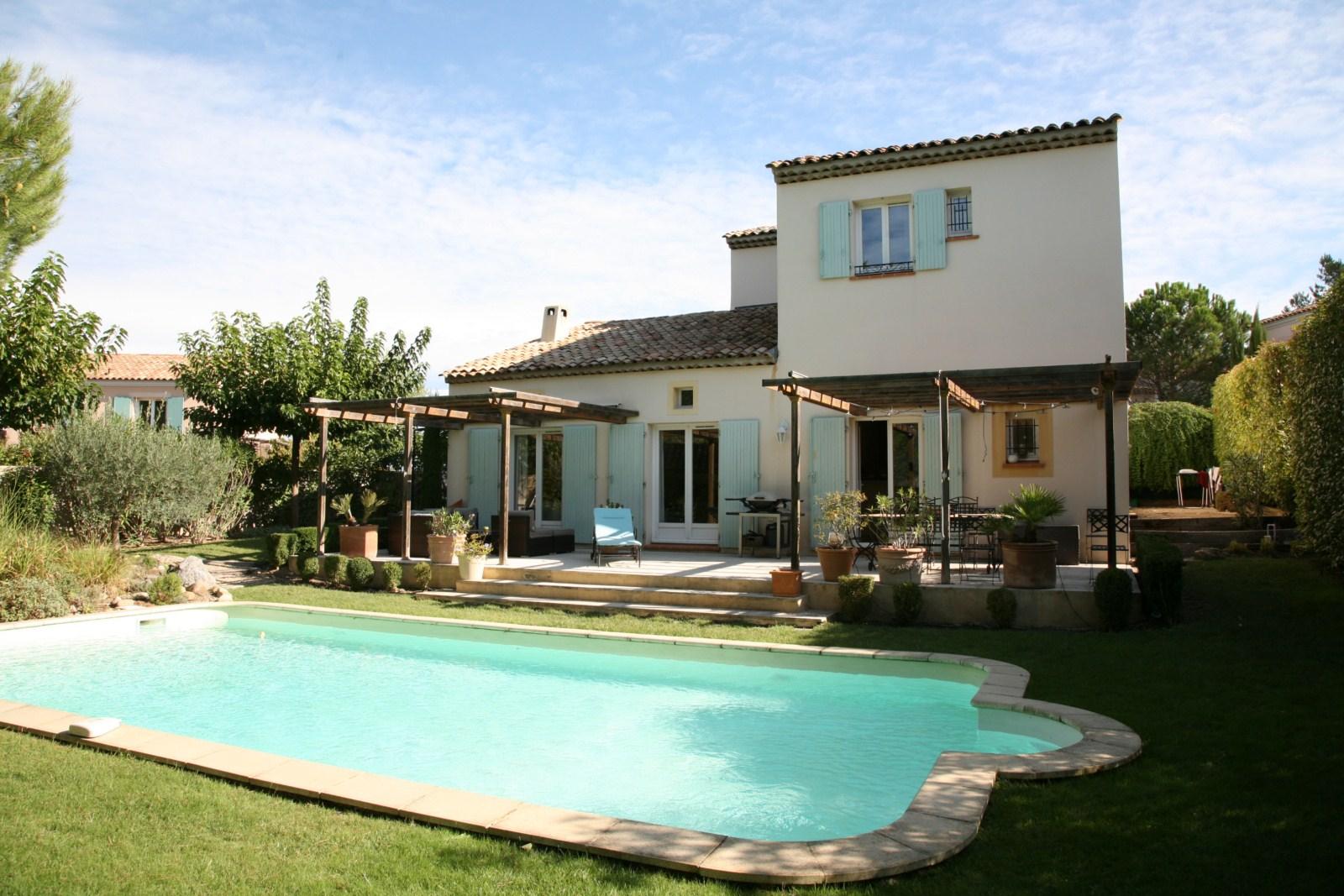 Un mas 4 chambres avec piscine et garage john cheetham for Maison standard