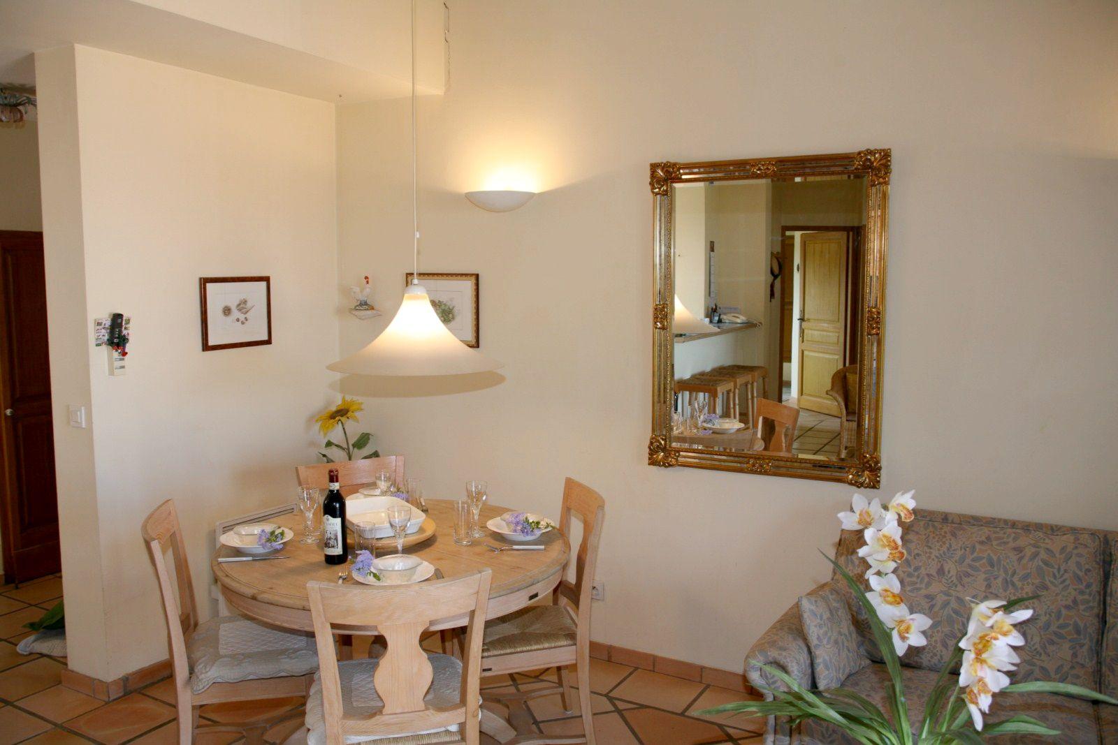 Dans le golf de pont royal un appartement t3 en provence 2 - La salle a manger salon de provence ...