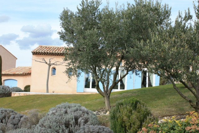Villa sur le domaine sécurisé du golf de Pont Royal piscine, garage, jardin amènagé