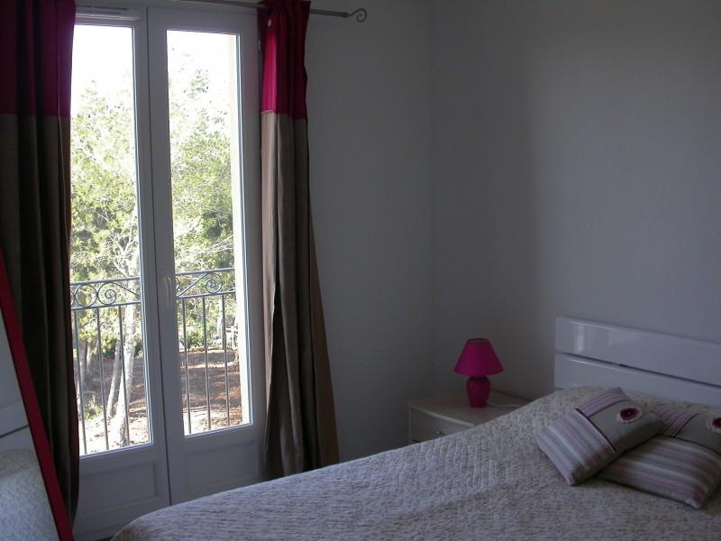 mas dans le domaine du golf de Pont Royal trois chambres , terrasse, accés à une piscine privée dans  la résidence