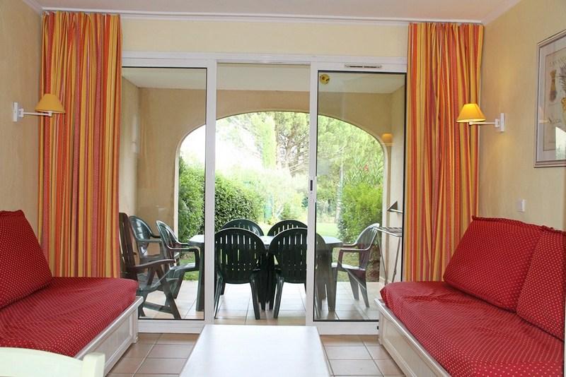 Appartement en rez de jardin dans le village du golf de Pont Royal