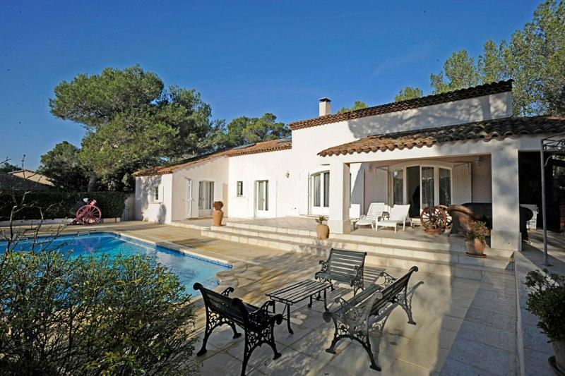 villa dans le domaine du golf de pont royal entre aix en provence et avignon piscine jardin. Black Bedroom Furniture Sets. Home Design Ideas